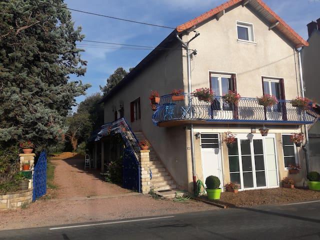 Gîte Ange de la Paix  2 chambres 4 P.120 € - Cormatin - Apartment