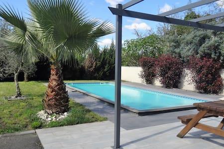 villa avec piscine à 2 minutes à pied du tramway - Eysines - Villa