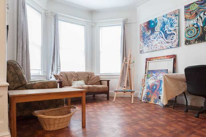Cozy Room (W.) Art Apt JSQ near NYC