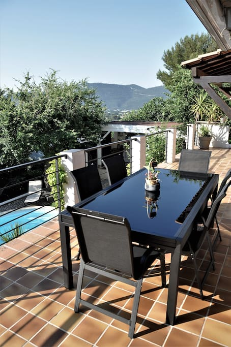 Table sur terrasse pouvant accueillir 12 convives