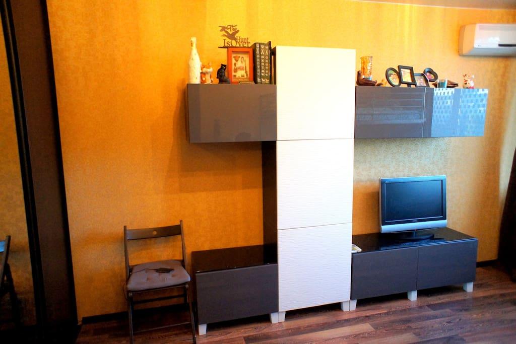 Мебельная стенка + телевизор, кондиционер