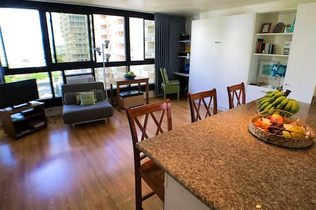 NEW LISTING!!!  AWESOME unit 1 block from beach!!! - 火奴鲁鲁 - 公寓
