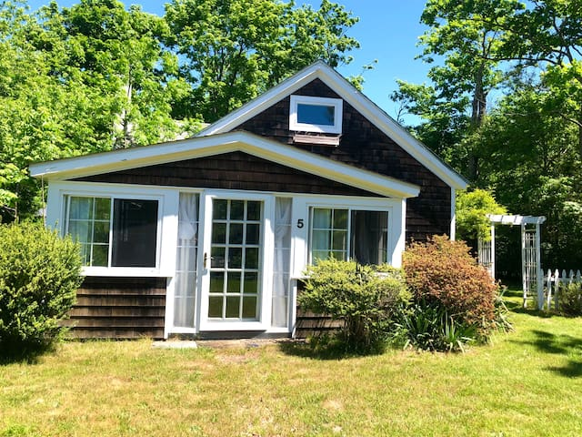Cute Cozy Summer Cottage, walk to town and the bay