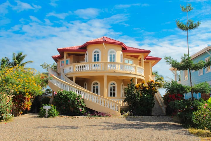 Blue Parrot Beach House – 4 Bed Vacation Home