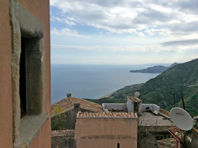 A journey in the Godfather lands, Nina's house - Taormina - House
