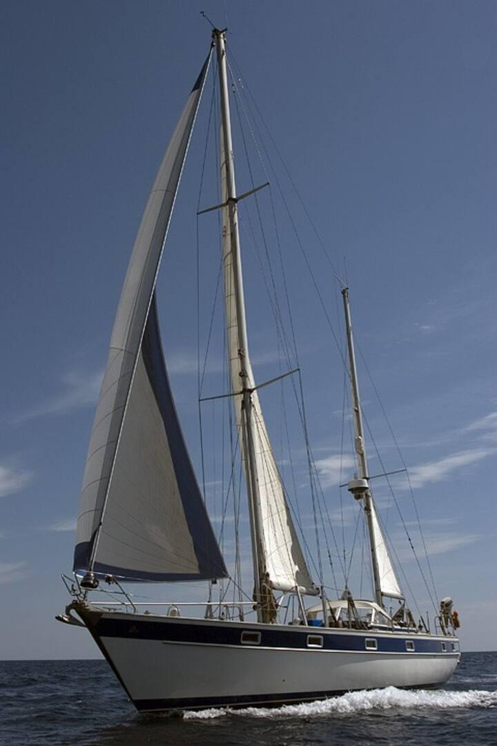 a vela tra le isole della Grecia