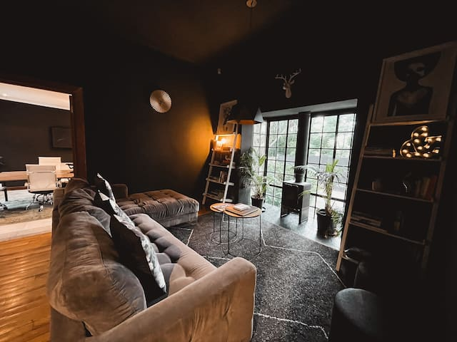 Cosy Lounge with fireplace & plenty of creative books