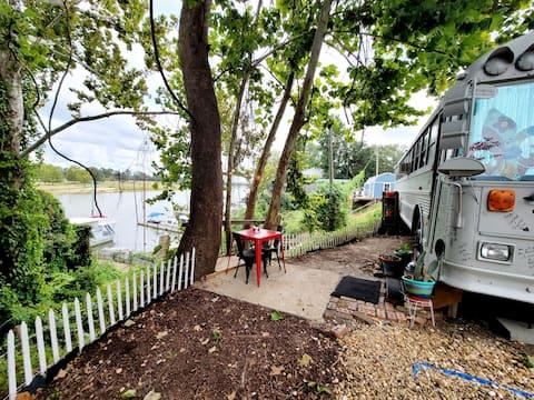 """Bruiser"" Cozy Riverfront School Bus | Kayak/Pets"