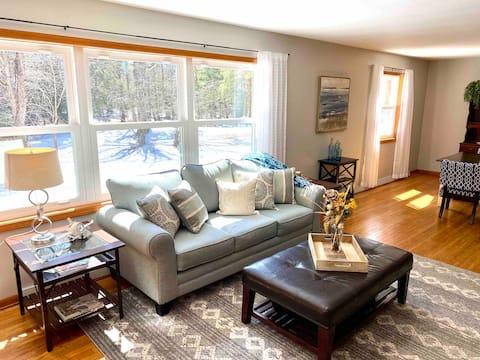 Cozy Riverside Cottage - USA