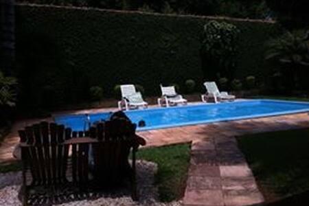 Chácara com piscina, churrasqueira e lareira - Atibaia