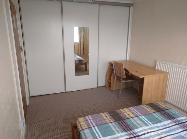 Bright double room in Witney, Cotswolds gateway