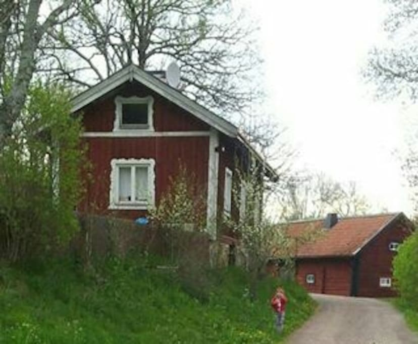 Bostad till vänster. House to the left.