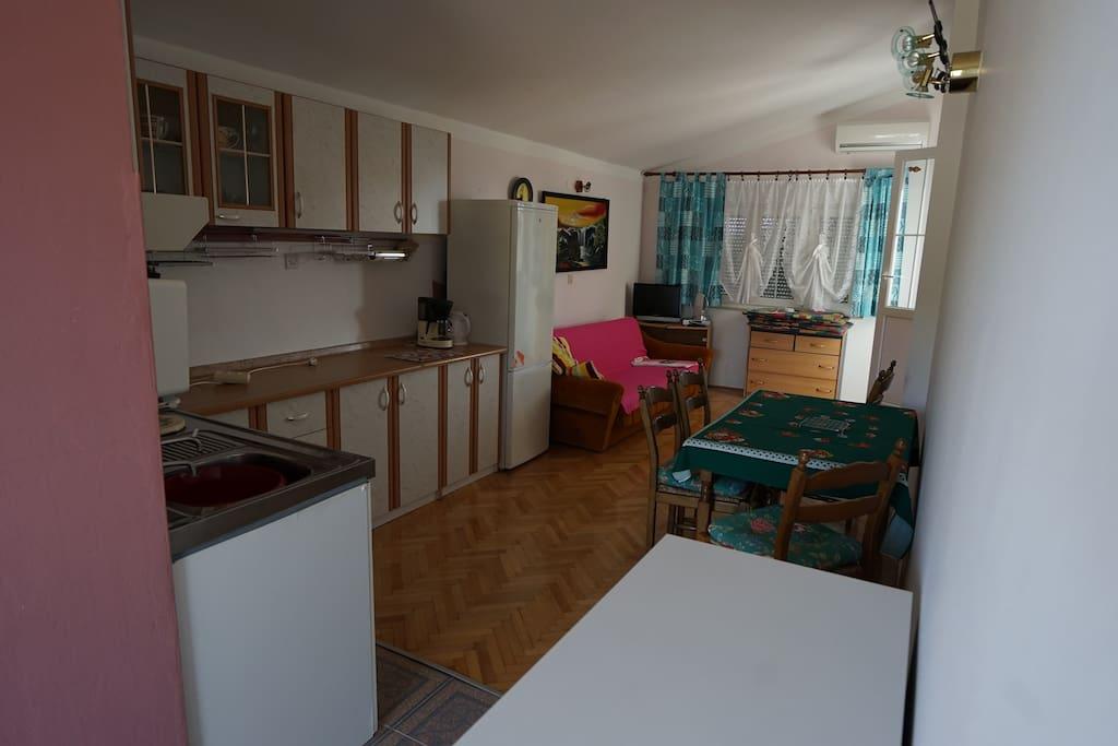 Küche und klimatisierter Wohnraum, hinten ist der Zugang zur Terrasse