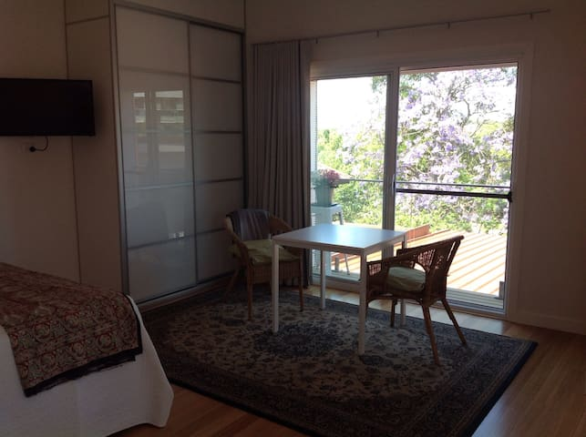Private and peaceful upstairs retreat - Gladesville - Huis