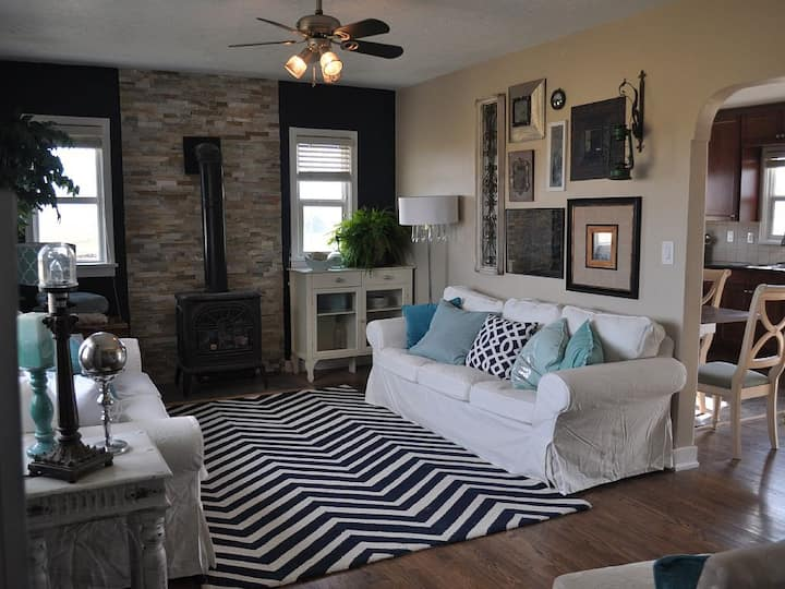 Meadowlark Cottage in the Country- sleeps 6!