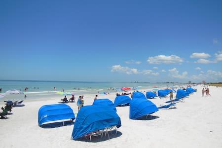 Beachside Views Studio Condo Hot Tub Sleeps 2 - Saint Pete Beach - Apartamento