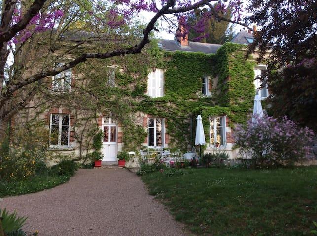 Maison élégante au jardin qui s'ensoleille.