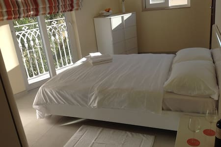 NEW towerhouse, great room, own bath A/C +2 wifi ! - Valletta