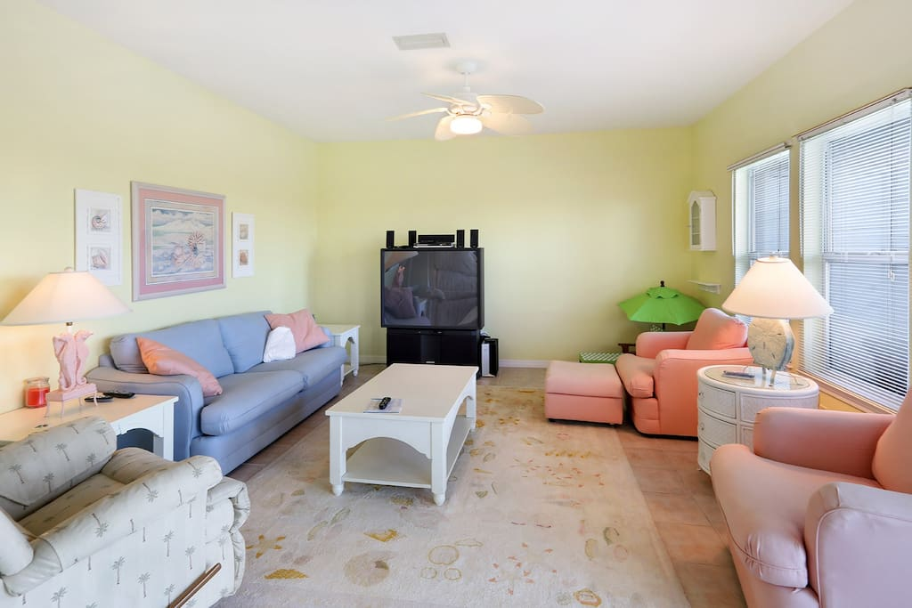 comfortable seating for 6 in living area