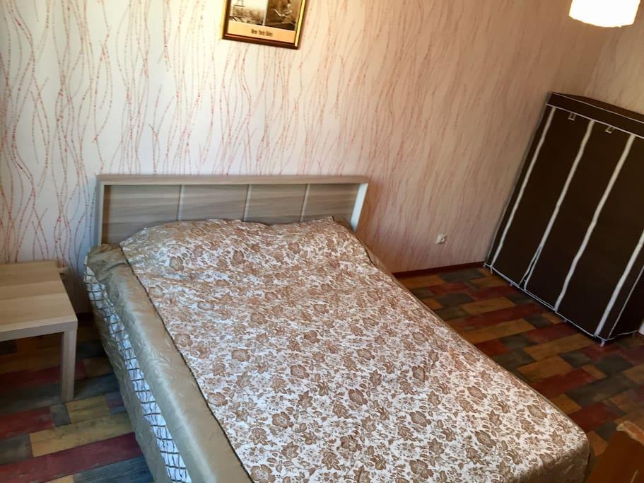 В спальне 2-х спальная кровать и большой шкаф, где можно разместить вещи.