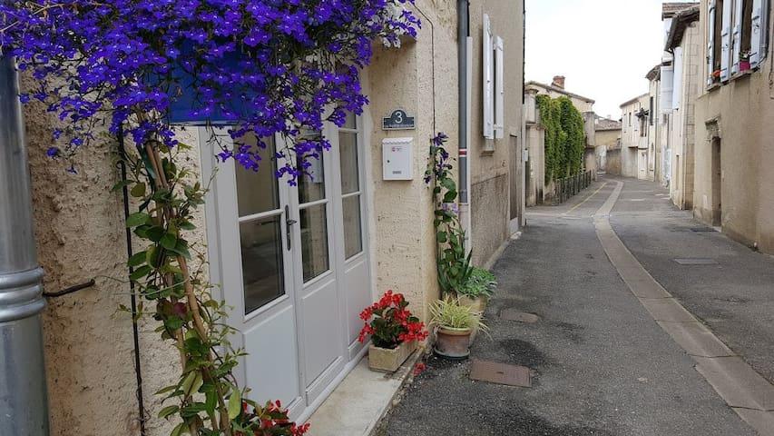 La maison est située dans une petite rue calme du centre historique de Lectoure