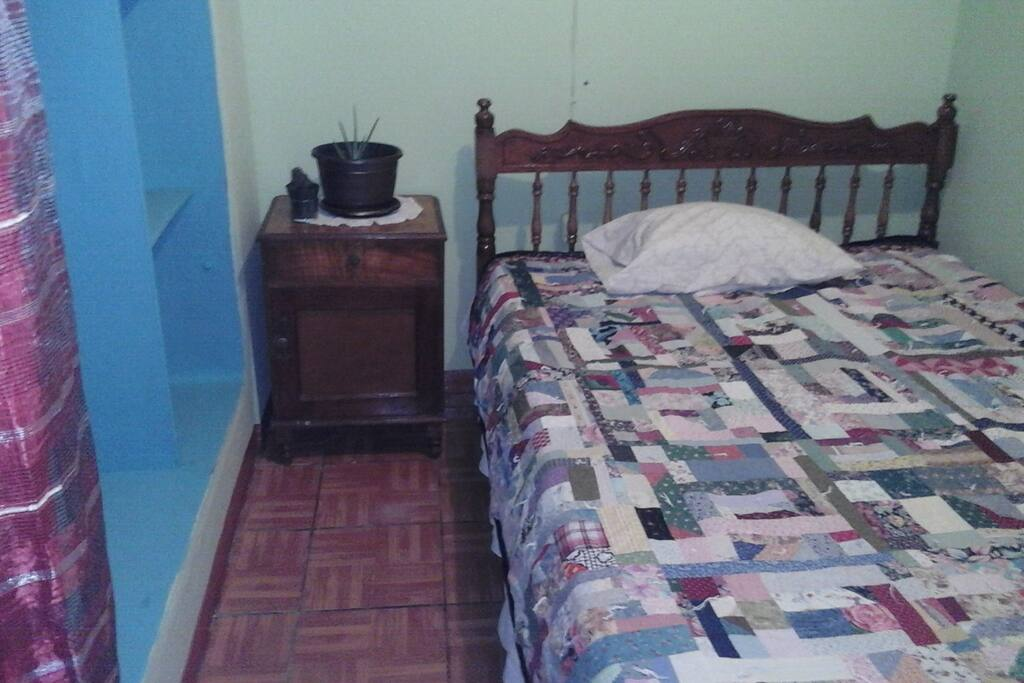 Cuarto, con abanico, closet, cama matrimonial.