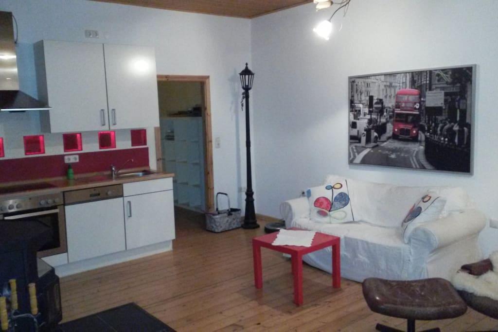 Kamin, Küche und Sofa, voll ausgestattet. Weitere Einrichtungsgegenstände (TV, Bügeleisen etc.) auf Anfrage verfügbar.