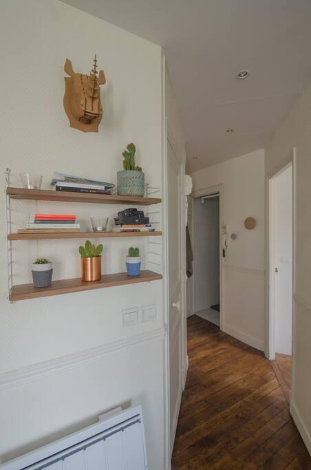 Le couloir desservant l'entrée, la chambre, la salle de douche et les toilettes