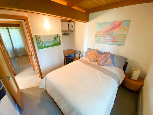 Side Cabin Queen Bed