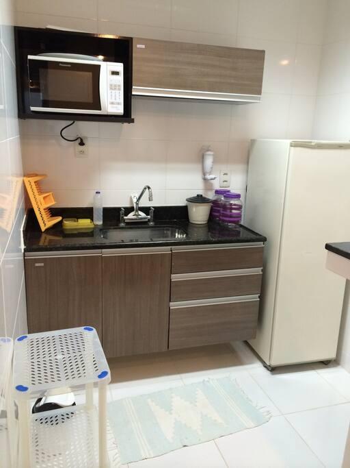 cozinha completa com fogao, geladeira, utensilios