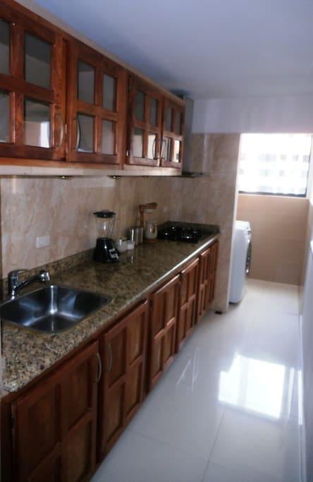 Cocina de gas, horno, microondas, lavadora, agua caliente