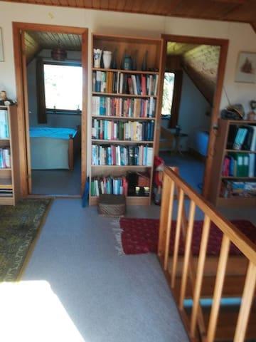 Her er et værelse med dobbelt seng til venstre.  Til højre et værelse med 2 enkelte senge.