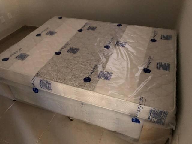 Os quartos contam com camas de casal, novas em perfeito estado de conservação.