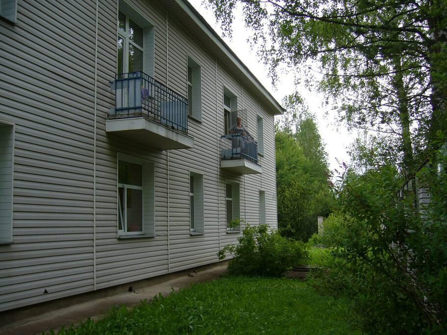 Балкончики в аппартаментах второго этажа.