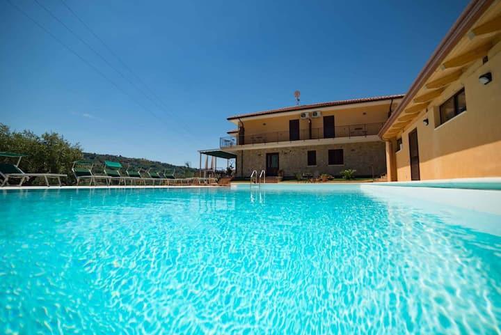 Villa Sansivieri con piscina e immersa nel verde