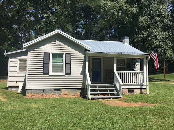 Adorable cottage walking distance to Main St