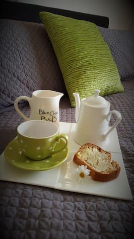 Free luxury breakfast!*Walk to cafes. * Spa pool