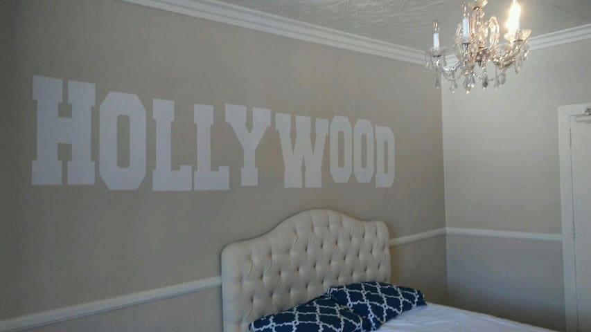 *HOLLYWOOD BUDGET STUDIO* - Los Angeles - Pis