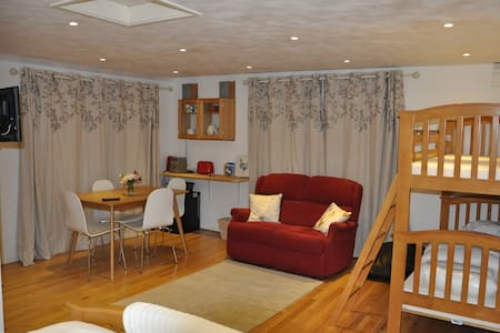 Studio convenient for Stansted Airport - sleeps 4.
