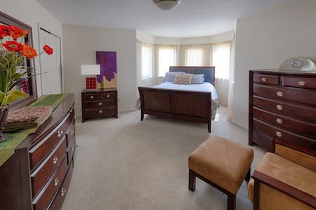 Townhouse with private room & bath - Cleveland - House
