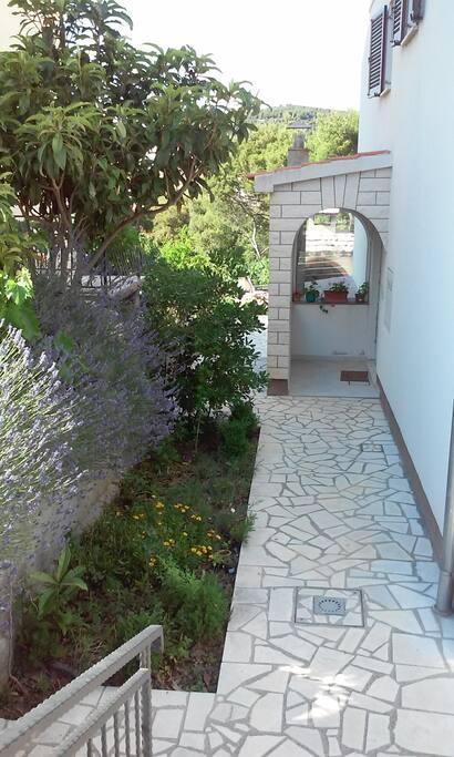 Prolaz pored cvjetnjaka do vrta.
