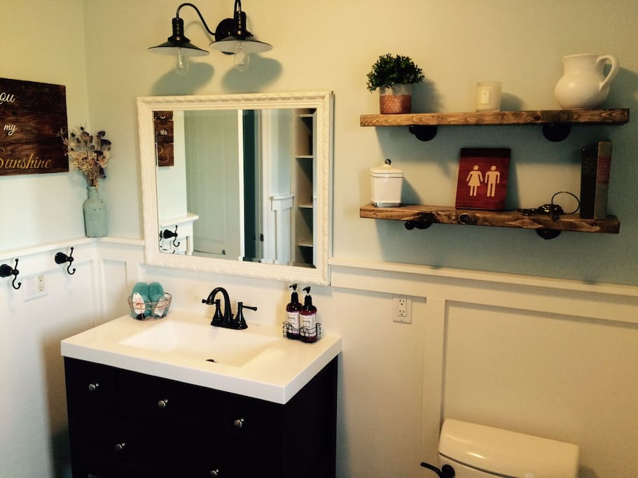 Newly renovated 4pc guest bathroom