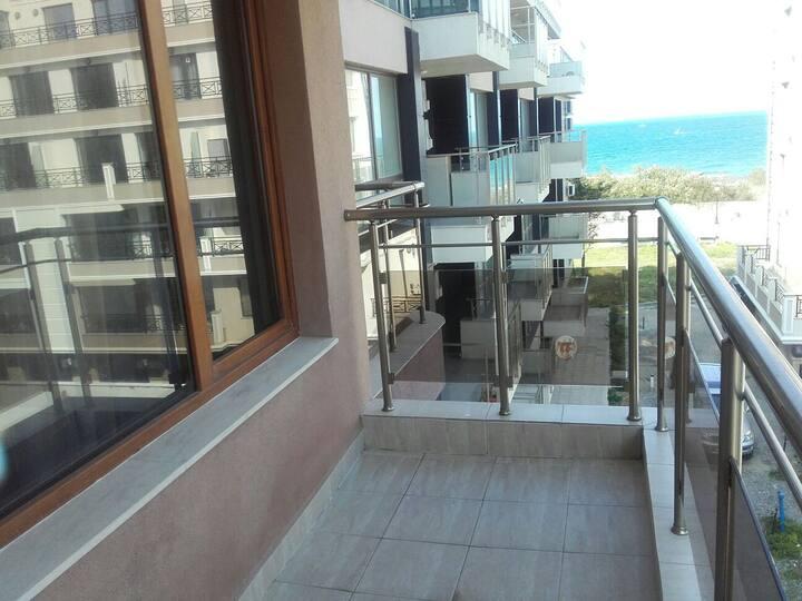 Апартамент Елена с изглед към плажа