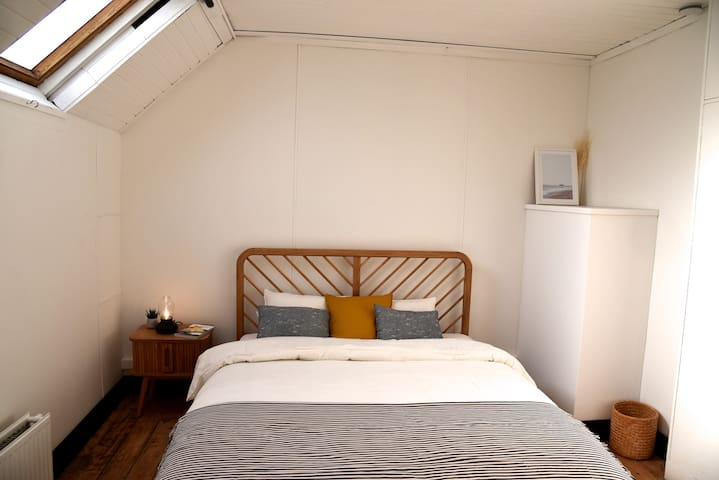 Bright room in trendy St-Gilles