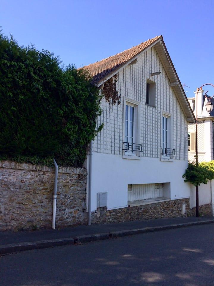 Maison avec jardin, proche Paris, cadre bucolique.