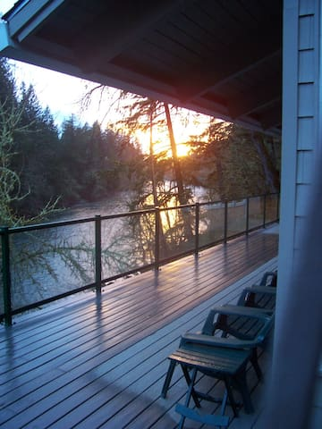 Santiam RiverHaus,5-Star Waterfront Chalet. MAGIC!