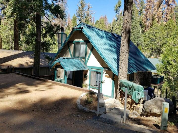 New listing! Rustic lake cabin w/free WiFi/private deck/full kitchen near beach!
