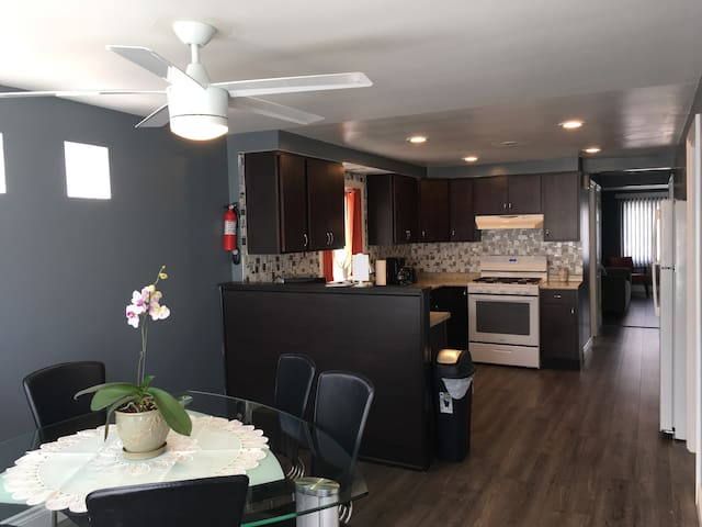 2 Bedroom, 1 Bathroom Apt, 5 min to Midway Airport