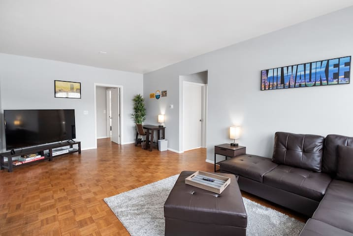 Bright 3 bedroom. Close to stadiums & expo centers