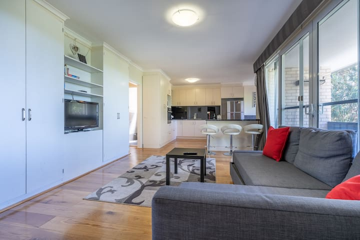 Cosy 3BR Overlooking Mt. Stromlo | Parking | Wifi